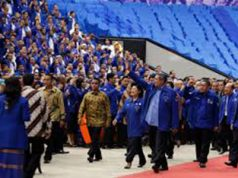 Ketum partai demokrat SBY dan istri melambaikan tangan kepada para kader