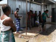 Pengungsi Rohingya mandi di kamp pengungsian