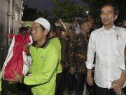 Presiden Jokowi bagi-bagi sembako pada saat lakukan kunjungan