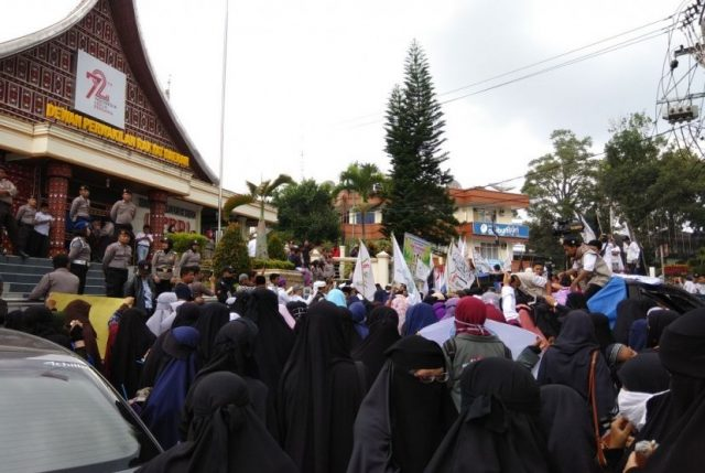 Aksi massa sejumlah ormas Islam di Bukittinggi soal pelarangan cadar oleh IAIN Bukittinggi, Jumat (11-5)