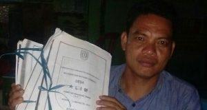Tarmizi, perwakilan masyarakat Desa Alim memperlihatkan dokumen surat lahan masyarakat Desa Alim yang diduga diserobot PT Tasma Puja