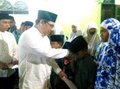 Ketua Umum HKR Pekanbaru Yuharman, serahkan bantuan untuk anak yatim dan kaum duafa, saat safari Ramadhan di Dusun Gunung Intang Kecamatan Bangun Purba