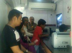 Mobil oto banking Bank Riau Kepri, dioperasikan guna melayani penukaran uang menjelang Idul Fitri, secara mobile