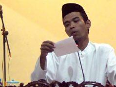 Ustads Abdul Somad saat membacakan pertanyaan dari salah seorang jamaah.