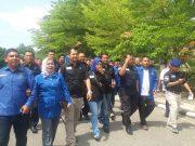 Ketua DPC Partai Demokrat Kabupaten Rokan Hulu (Rohul) Kelmi Amri ,SH beserta pengurus dan Bakal Calon Legislatif (Bacaleg), memilih jalan kaki ke Kantor KPU Rohul untuk mendaftarkan 40 Bacalegnya.