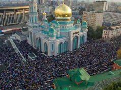 Jutaan jamaah memadati Masjid Moskow hingga meluber ke lapangan masjid