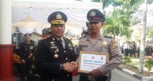 Kapolres Rohul, AKBP M Hasyim Risahondua, SIK, MSi saat memberikan penghargaan kepada sejumlah personel Kepolisian di Polres Rohul, juga ada hadiah umrah gratis bagi tiga personel Polres Rohul.
