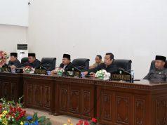 Ketua DPRD Kelmi Amri, didampingi pimpinan DPRD,Hardi Chandra, Zulkarnain, Abdul Muas juga Bupati Rohul H Sukiman, pimpin parpurna