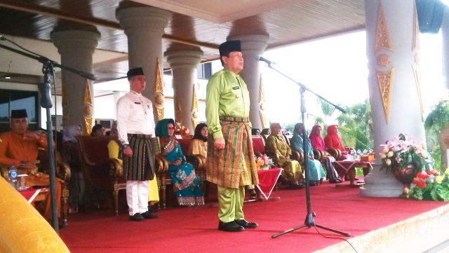 Bupati Sukiman, menjadi inpektur upacara peringatan HUT Provinsi Riau ke -61 di Rohul