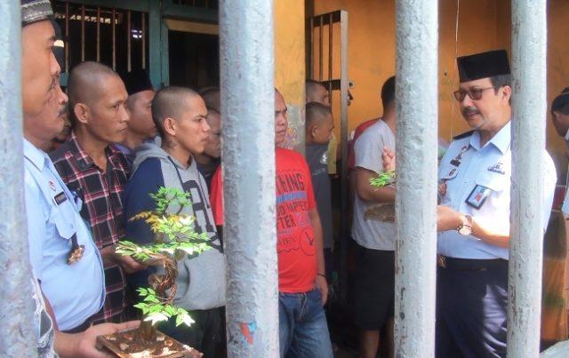 Kakanwil Kemenkumham Riau didampingi Kalapas Kalas II Pasir Pangaraian, M Lukman, meninjau sejumlah kamar napi dan tahanan lapas untuk melihat apakah ada kamar mewah dalam lapas.