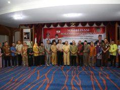 Perwakilan KPK RI, Andi Purwana, foro bersama dengan Bupati Sukiman, Sekda Rohul, juga pejabat saat sosialisasi pengendalian gratifikasi bagi pejabat dan pemangku kepentingan di Rohul