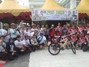 Wakil Bupati Rohil Drs. Jamiludin, sekda Drs. Surya Arfan, Kepala Bappeda M. Jop Kurniawan poto bersama pengurus ikatan sport sepeda Indonesia (ISSI) Rohil pada acara Fun Bike di Bagansiapiapi.