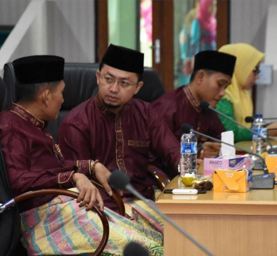 Anggota DPRD Kampar H Syahrul Aidi Maazat, Firman Wahyudi berbincang sebelum rapat dimulai