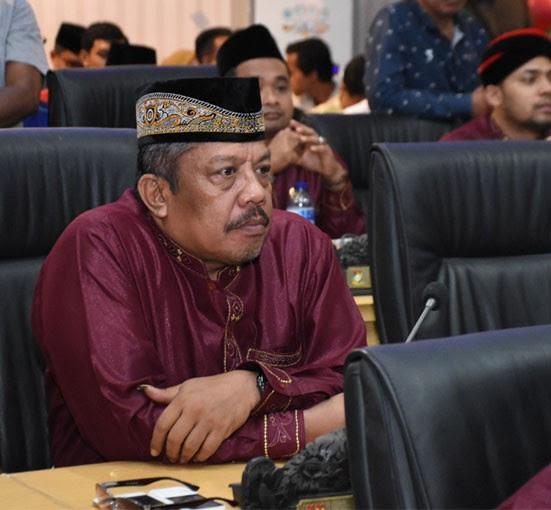 Anggota DPRD Kampar Jamris serius mengikuti rapat paripurna istimewa