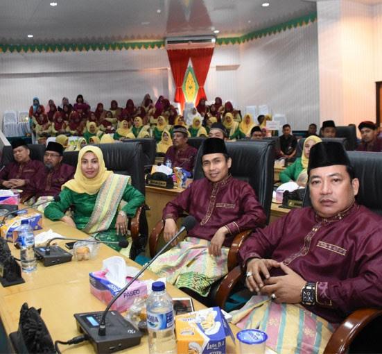 Anggota DPRD Kampar Suharmi Hasan, Hendra Yani dan Zumrotunmengikuti rapat paripurna istimewa