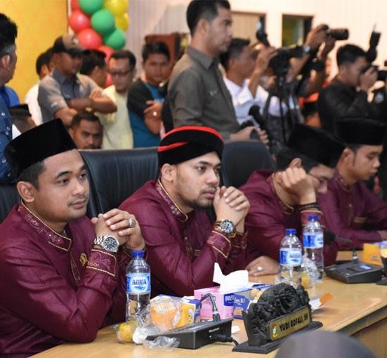 Anggota DPRD Kampar Syarifuddin, Yudi Rofali, dan anggota lainnya mengikuti rapat paripurna istimewa