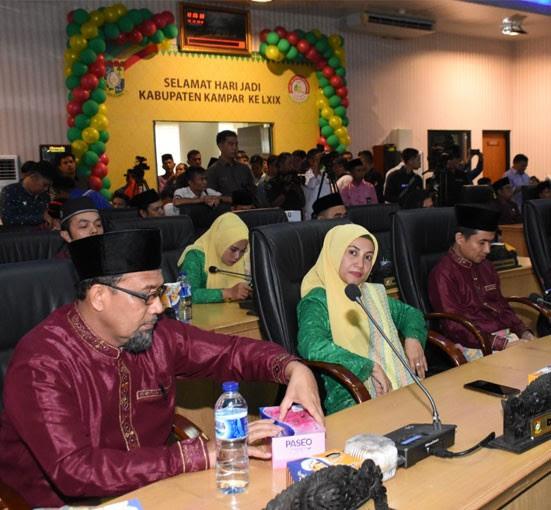 Anggota DPRD Kampar Zumrotun, H Muhammad Kasru Syam dan lainnya mengikuti rapat paripurna istimewa