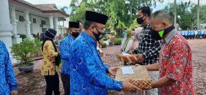 Pj.Sekda Asahan Drs Jhon Hardi Nasution, M.Si memberikan bingkisan kepada keluarga duka ASN