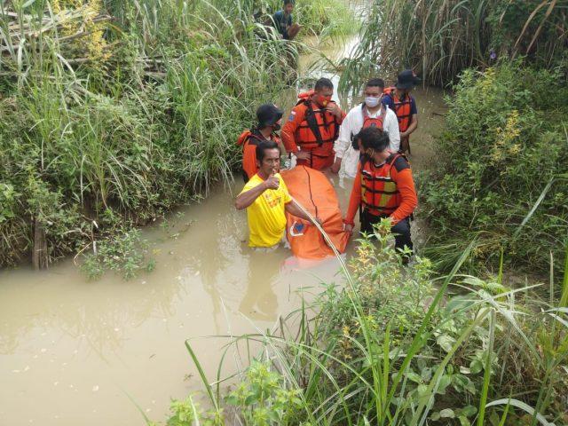 Jasad Fauziah diangkat tim Basarnas Asahan dan Masyarakat dari sungai beting yang sempat hanyut