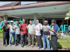 Para Kepala Sekolah SMP se Kabupaten Asahan berfoto bersama di depan hotel di Danau Toba usai kegiatan Family Gathering MKKS SMP seKab.Asahan