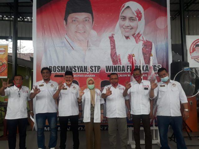 Hj.Winda Fitrika selaku Calon Wakil Bupati Asahan berfoto bersama tim relawan RosWin usai dilantik