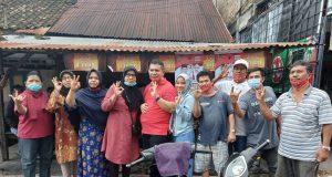 Rosmansyah bersama istri berfoto selfi dengan para ibu yang sedang berbelanja dan juga para pedagang sambil tunjuk 3 jari siap menangkan RosWin.