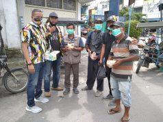 Ketua DPC PKN Asahan, Mhd.Idrus Tandjung, SH, didampingi Ketua Harian, N.Said berfoto dengan tukang becak usai bagikan masker dan nasi bungkus