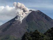 Awan panas guguran Gunung Merapi terlihat dari Kaliurang, Sleman, DI Yogyakarta, Sabtu (9/1/2021). Foto: Antara Foto/Hendra Nurdiyansyah