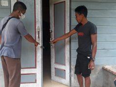 Saksi dan keluarga korban saat menunjukkan pintu rumah yang sudah dirusak oleh maling.